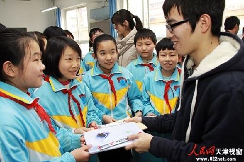 天津大学志愿者进校园普及安全知识