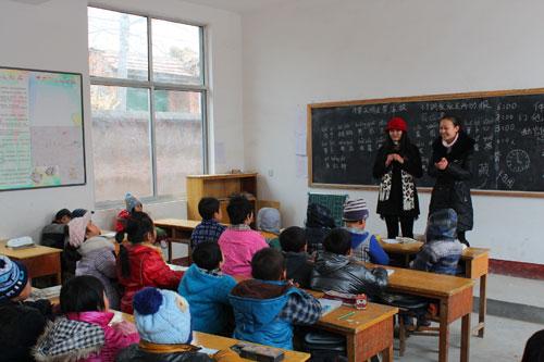 院 七彩小屋 青年志愿者服务队赴管家庄村完小举行捐赠活动