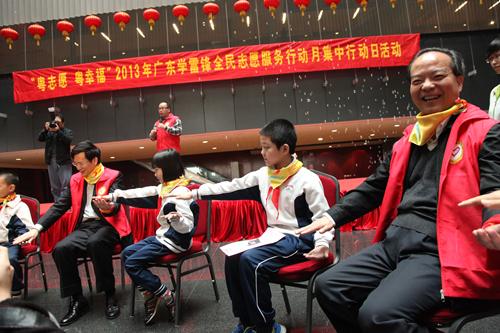 省委常委、宣传部部长庹震副省长林少春与异地务工人员子...