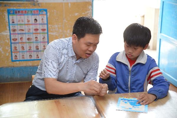 陈涛书记与自闭症儿童一起做手工