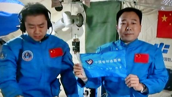 验室中展示中国青年志愿者旗帜.-全球首面志愿者旗帜亮相太空